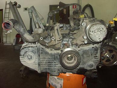 Собранный двигатель Subaru Forester с навесным оборудованием