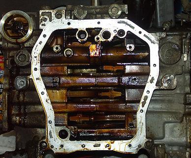 Двигатель Subaru Forester со снятым поддоном